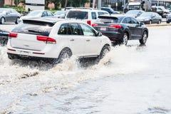 汽车飞溅洪水 库存照片