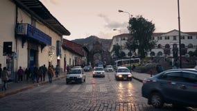汽车驱动通过古镇正方形在南美镇 股票录像