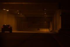 汽车驱动通过隧道 库存图片