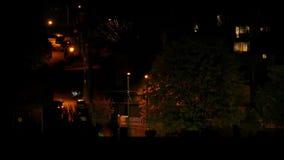 汽车驾驶小山在公寓旁边在晚上 影视素材