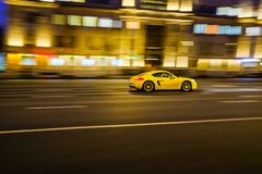 汽车高速有在城市的背景的模糊的照片的黑暗的 免版税库存图片
