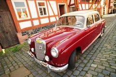 汽车默西迪丝模型老红色葡萄酒 库存图片