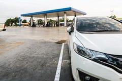 汽车,停放在PTT加油站泵浦 国家泰国 图库摄影