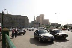 汽车,在tahrir街市开罗埃及的Mogamma大厦 图库摄影