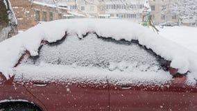 汽车,盖用雪厚实的层数  大雪的消极后果 停放的汽车 库存照片