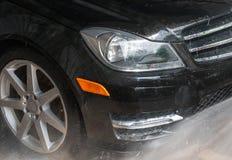 汽车洁净洗涤关闭的概念 水盖的现代汽车 库存照片