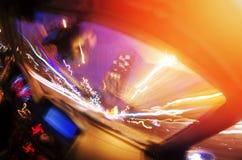 汽车移动以了不起的速度在有启发性cit的晚上 免版税图库摄影