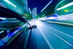 汽车移动以了不起的速度 免版税库存照片