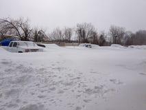 汽车从他们多雪的床偷看在康涅狄格飞雪以后 库存照片