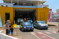 汽车离开轮渡船的货物零件 图库摄影