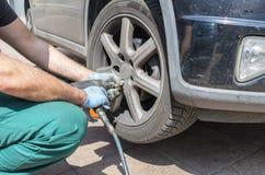汽车更改的技工现代轮子 库存图片