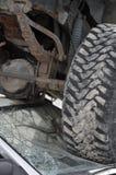 汽车击毁在挡风玻璃的卡车轮胎 免版税图库摄影