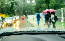 从汽车玻璃的看法在雨天 免版税库存照片