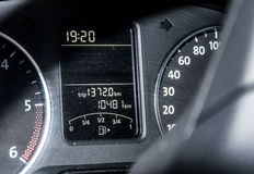 汽车仪表板自动车速表盘区旅行长度标志 库存图片