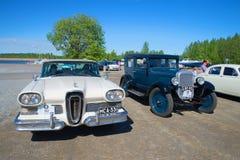 汽车Edsel在游行减速火箭的运输的引证1958年和薛佛列1928年 库存照片