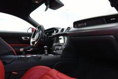 汽车Ford Mustang的内部和仪器2018年 库存图片