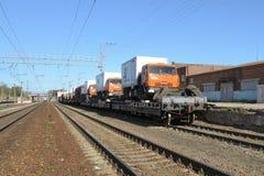 汽车KAMAZ的运输由铁路 库存图片