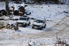 汽车Niva在多雪的地形 免版税库存图片