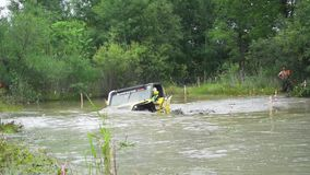 汽车SUV驱动通过福特4x4泥 影视素材