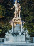 沃尔夫冈・阿马德乌・莫扎特雕象在公开Burggarten公园 免版税库存图片