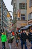 沃尔夫冈冯歌德卢赛恩的拥挤街道有房子的 免版税库存图片
