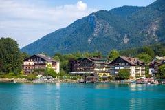 沃尔夫冈的典型的宾馆看见湖支持,圣沃尔夫冈 库存照片