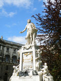 沃尔夫冈・阿马德乌・莫扎特雕象反对蓝天, Burggarten,维也纳,奥地利的 免版税库存照片