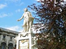 沃尔夫冈・阿马德乌・莫扎特雕象反对晴朗的蓝天, Burggarten公园的在维也纳 库存照片