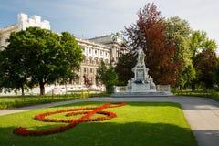 沃尔夫冈・阿马德乌・莫扎特雕象在t的公开Burggarten公园 免版税库存图片