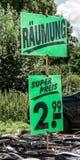 沃尔夫斯堡,下萨克森州,德国, 2017年8月13日:销售站立与传送带和绿色标志与题字 图库摄影