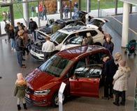 沃尔夫斯堡,下萨克森州, 2017年12月17日:新的汽车的陈列 免版税库存照片