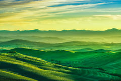 沃尔泰拉冬天全景、绵延山和绿色领域在太阳 免版税图库摄影
