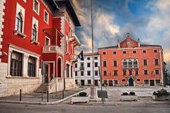 沃德年,普拉, Istria,克罗地亚:人正方形在老镇 免版税库存图片