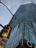 沃思堡得克萨斯2006年交通信号灯againt摩天大楼 免版税库存照片