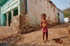 沃林达文, 2016年10月22日:在街道上的小印地安男孩,在V 免版税库存照片