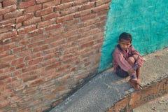 沃林达文, 2016年10月22日:孩子坐街道,在Vr 库存图片