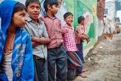 沃林达文, 2016年10月22日:小组在街道上的男孩,在Vrin 免版税库存照片