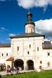 沃洛格达州,俄罗斯- 2016年8月13日:在城市Kirillov附近给Lestvichnika的圣约翰装门教会在Kirillo-Belozersky修道院里, 库存图片