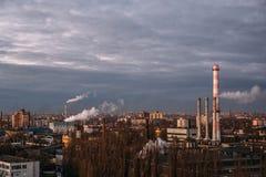 沃罗涅日市、烟窗和管子工业风景以烟雾 免版税图库摄影