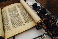 沃罗涅日,俄罗斯,大约2018年:西伯来宗教手写的摩西五经羊皮纸纸卷 免版税库存图片