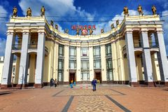 沃罗涅日,俄罗斯,09/24/2016:火车站的大厦在市中心 免版税图库摄影