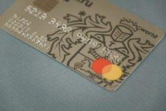 沃罗涅日,俄罗斯-可以09日2019年:付款卡片Tinkoff放置在黑背景特写镜头的万一银行卡万事达卡和签证 ?? 免版税库存照片