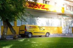 沃罗涅日,俄罗斯- 2019年5月25日:有敦豪航空货运公司商标的一辆汽车在办公室附近 敦豪航空货运公司是快递的一家国际公司  免版税库存照片