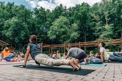 沃罗涅日,俄罗斯- 2017年6月18日:人在瑜伽做在发电机公园在国际瑜伽天在沃罗涅日,俄罗斯 免版税库存照片