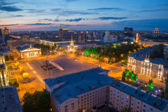 沃罗涅日,俄罗斯- 2016年6月09日:晚上从屋顶的夏天都市风景 列宁广场,街市的沃罗涅日 免版税库存照片