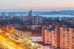 沃罗涅日,俄罗斯- 2017年3月04日:晚上从屋顶的沃罗涅日都市风景 对Leninskiy远景的看法 免版税库存照片