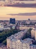 沃罗涅日,平衡夏天都市风景,五颜六色的天空在日落光,垂直的图象 免版税库存图片