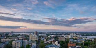 沃罗涅日,平衡夏天都市风景,五颜六色的天空在日落光 免版税库存照片
