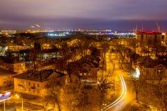 沃罗涅日从屋顶的都市风景视图 二层楼的房子,夜光 库存图片