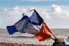 沃辛,西部SUSSEX/UK - 11月13日:一些被撕碎的旗子看法在一渔船的在沃辛西萨塞克斯郡11月13日, 库存照片
